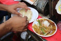 Berömt indiskt mellanmål - Chole kulche royaltyfria foton