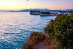 Berömt kärleksaffärstrand för kanal D 'med den härliga steniga kustlinjen, i att förbluffa det blåa Ionian havet på soluppgång i  arkivbild