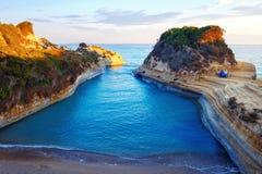 Berömt kärleksaffärstrand för kanal D 'med den härliga steniga kustlinjen, i att förbluffa det blåa Ionian havet på soluppgång i  royaltyfri fotografi