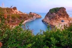 Berömt kärleksaffärstrand för kanal D 'med den härliga steniga kustlinjen, i att förbluffa det blåa Ionian havet på soluppgång i  arkivfoto