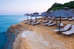 Berömt kärleksaffärstrand för kanal D 'med den härliga steniga kustlinjen, i att förbluffa det blåa Ionian havet på soluppgång i  royaltyfria foton