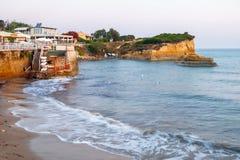 Berömt kärleksaffärstrand för kanal D 'med den härliga steniga kustlinjen, i att förbluffa det blåa Ionian havet på soluppgång i  royaltyfri foto