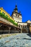 Berömt klockatorn i det historiska Sighisoara centret, Transylvania, Rumänien royaltyfri bild