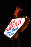 Berömt lämna Las Vegas tecken på natten Arkivfoto