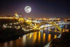 Berömt landskap för Douro flod på Porto med fullmånen över staden, Portugal royaltyfria bilder