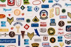 Berömt märkestecken och symbolsamling på en vägg Arkivfoto