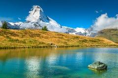 Berömt Matterhorn maximum och sjö Leisee för alpin glaciär, Valais, Schweiz arkivfoto