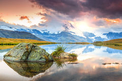 Berömt Matterhorn maximum och sjö Stellisee för alpin glaciär, Valais, Schweiz arkivfoto