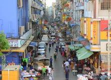Berömt shoppar på den Bogyoke marknaden i Yangon Royaltyfri Foto