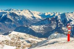 Berömt skidar semesterorten i de franska fjällängarna, Les Sybelles, Frankrike Royaltyfri Fotografi