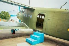 Berömt sovjetnivåParadropper Antonov An-2 arv av flyget Arkivbilder