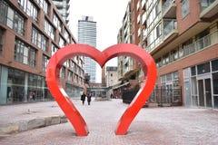 Berömt spritfabrikområde med en stor hjärtaskulptur och många röda byggnader i Toronto, Kanada royaltyfri fotografi