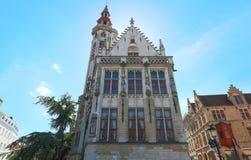 Berömt ställe av dyrkan - den Januari skåpbil Eyckplein kyrkan i Bruges - Belgien arkivbild