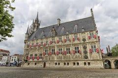 Berömt stadshus av goudastaden i Nederländerna arkivfoton