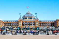 Berömt storslaget hotell Amrath Kurhaus på den Scheveningen stranden, Hague, Nederländerna royaltyfri fotografi
