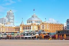 Berömt storslaget hotell Amrath Kurhaus på den Scheveningen stranden, Hague, Nederländerna royaltyfria foton