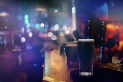 Berömt svart irländskt kraftigt in i en stång i Dublin royaltyfri bild