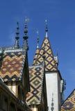 Berömt tak för färgrik beaune klosterhärbärge Arkivbild