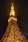Berömt Tokyo torn som glöder i ljusa ljus i Tokyo, Japan Royaltyfri Fotografi