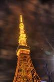Berömt Tokyo torn som glöder i ljusa ljus i Tokyo, Japan Royaltyfri Bild