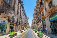 Berömt via Macheda i Palermo, Sicilien, Italien Arkivfoto