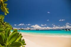 Berörd tropisk strand i den similan ön Arkivfoto