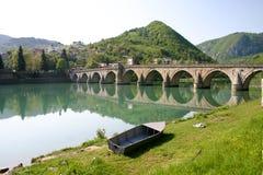 Berühmte alte Brücke auf drina Fluss Stockfotografie