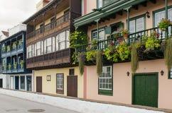 Berühmte alte bunte Balkone verziert mit Blumen in Sant Stockfotografie