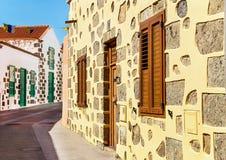 Berühmte alte Stadt von Aguimes Straße mit typischen alten bunten kanarischen Häusern Lizenzfreie Stockfotografie