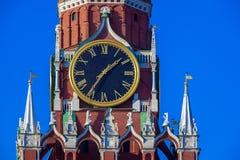 Berühmte alte Uhr auf dem Spasskaya-Turm Lizenzfreie Stockbilder