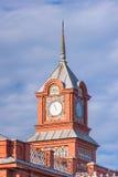 Berühmte alte Uhr auf einem Turm in der Stadt von Vladimir Stockfotos