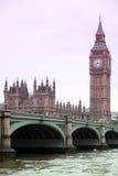 Berühmte Ansicht an Big Ben- und Westminster-Brücke, gotische Architektur Londons Stockfotografie