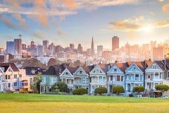 Berühmte Ansicht von San Francisco an Alamo-Quadrat stockfotografie