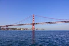 Berühmte 25. April Bridge über Fluss Tajo in Brücke Lissabons alias Salazar Stockbild