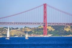 Berühmte 25. April Bridge über Fluss Tajo in Brücke Lissabons alias Salazar Stockfotos
