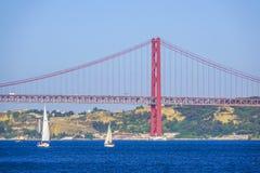 Berühmte 25. April Bridge über Fluss Tajo in Brücke Lissabons alias Salazar Stockfotografie