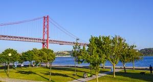 Berühmte 25. April Bridge über Fluss Tajo in Brücke Lissabons alias Salazar Lizenzfreies Stockfoto