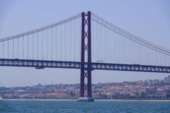 Berühmte 25. April Bridge über Fluss Tajo in Brücke Lissabons alias Salazar - LISSABON - PORTUGAL - 17. Juni 2017 Stockfotos