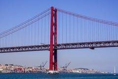 Berühmte 25. April Bridge über Fluss Tajo in Brücke Lissabons alias Salazar - LISSABON - PORTUGAL - 17. Juni 2017 Lizenzfreies Stockfoto