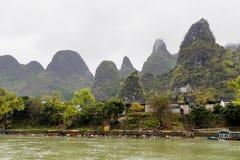 Berge in dem Fluss stockfotos