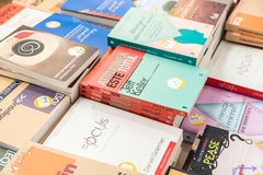 Berühmte Bücher für Verkauf auf Bibliotheks-Regal Stockfotos