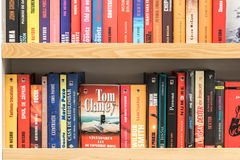Berühmte Bücher für Verkauf auf Bibliotheks-Regal Stockbild