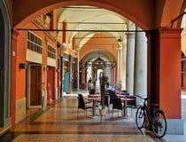 Berühmte Bürgersteige mit Bögen im Bologna, Italien stockbild