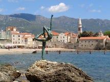 Berühmte Ballerina-Skulptur gegen alte Stadt Budva Stockfotografie