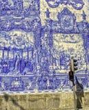 Berühmte blaue Arbeit Fliese des Portugiesen mit roter Leuchte Stockfotografie