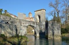 Berühmte Brücke im französischen Stadtsauveterre-de-c$bearn Stockbilder