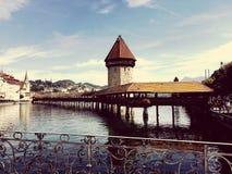 Berühmte Brücke und Turm der Luzerne stockfotos