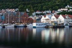 Berühmte Bryggen-Straße mit hölzernen farbigen Häusern in Bergen, Norwegen stockfotografie