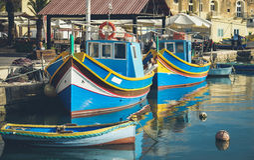 Berühmte Fischerboote Marsaxlokk nannten Luzzu - Malta stockbilder