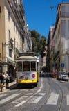 Berühmte gelbe Tram von Lissabon stockfotografie